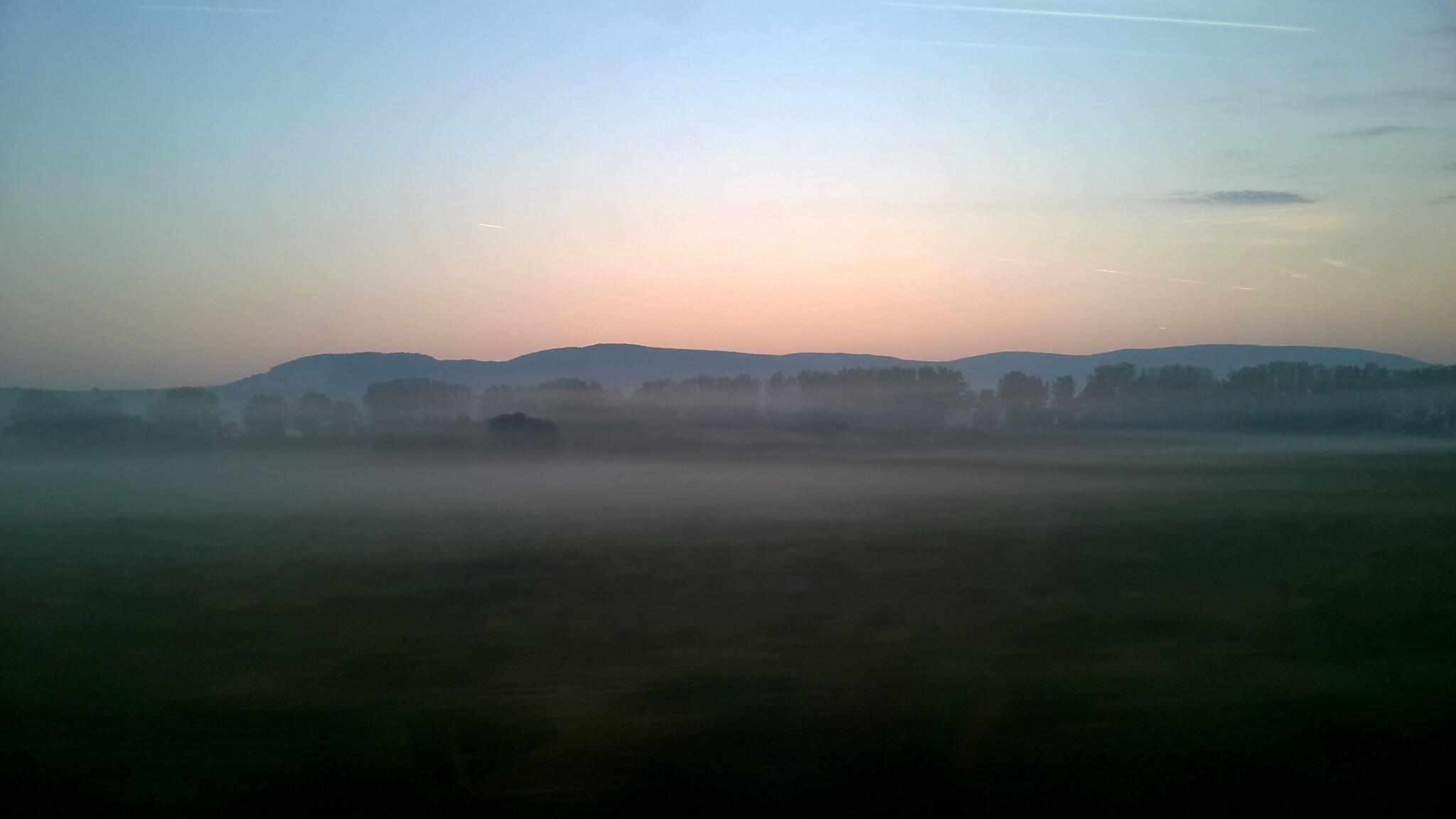 Sekély köd kora reggel, Dorog határában