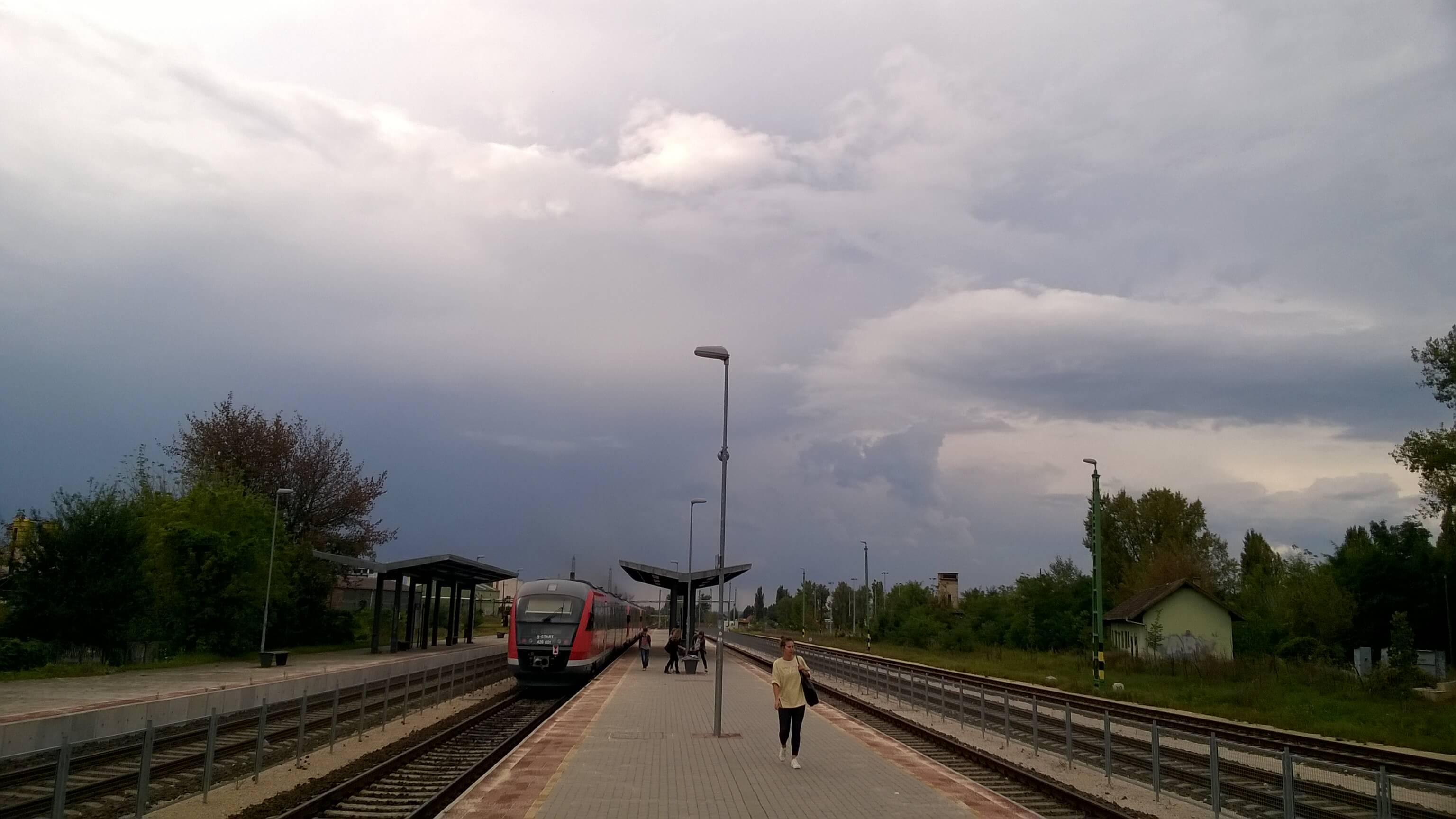 Felhős idő Dorogon, a vasútállomásnál