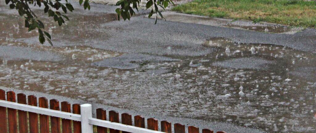 Hömpölyög a víz az utcán