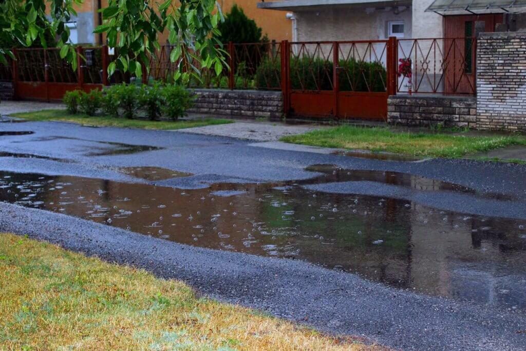 Zivatar utáni vízfolyások az utcán