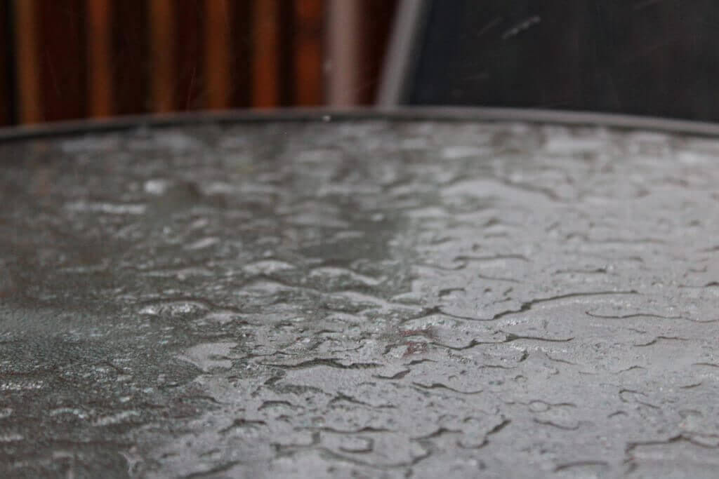 Esőcseppek az üvegasztalon