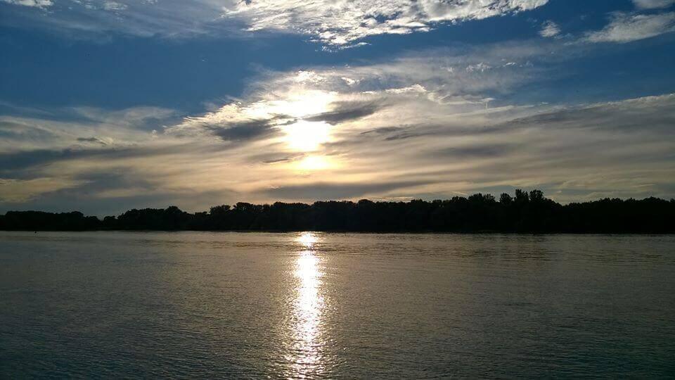 Felhők szűrik a napsütést a Duna felett