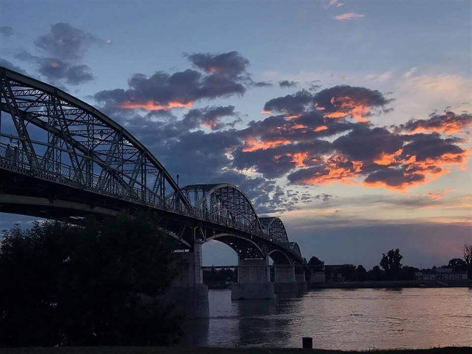 Naplementében pompázó felhők az esztergomi Mária Valéria hídnál 2017. júliusában