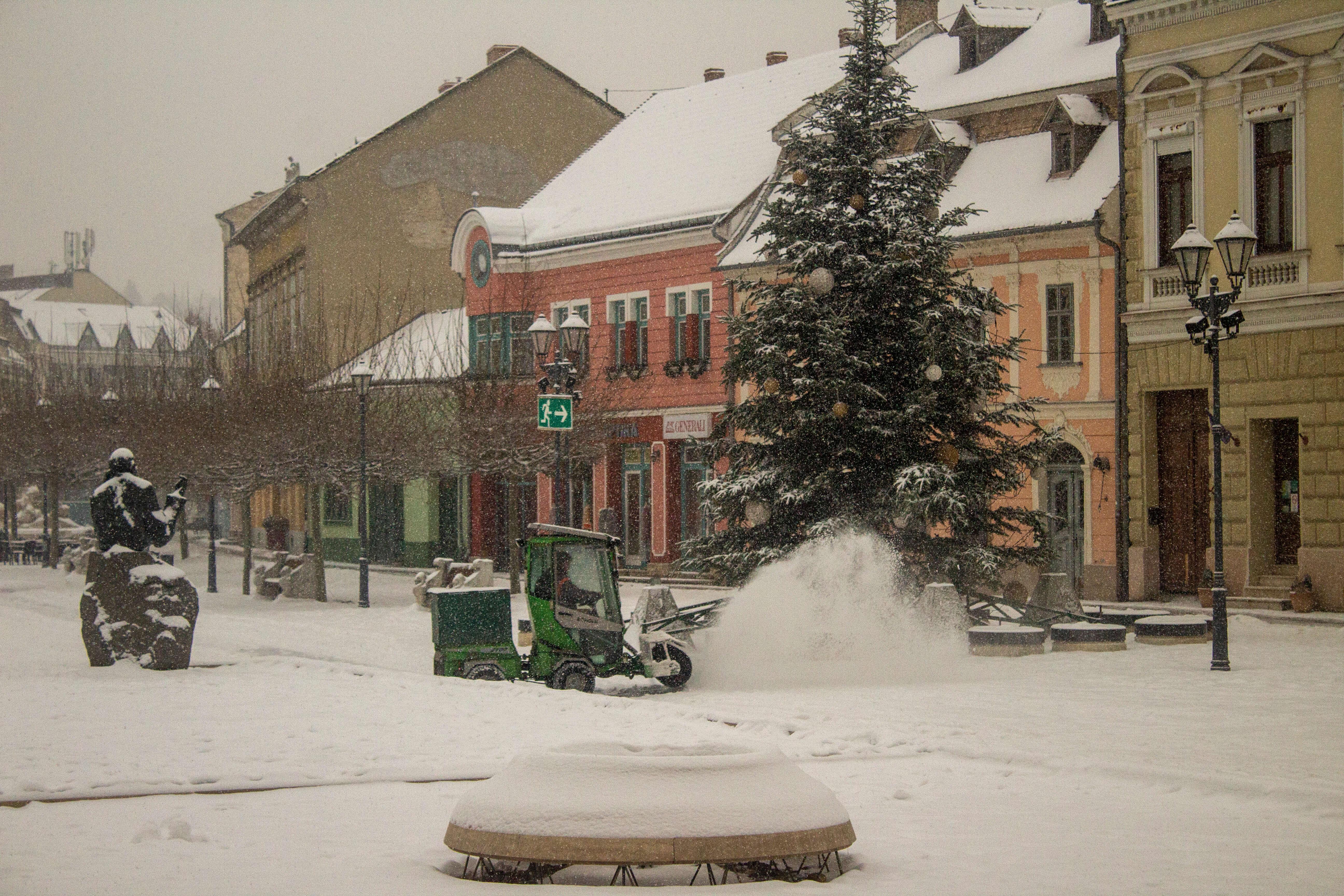 Mini hókotró takarította Esztergom főterét a havazásban