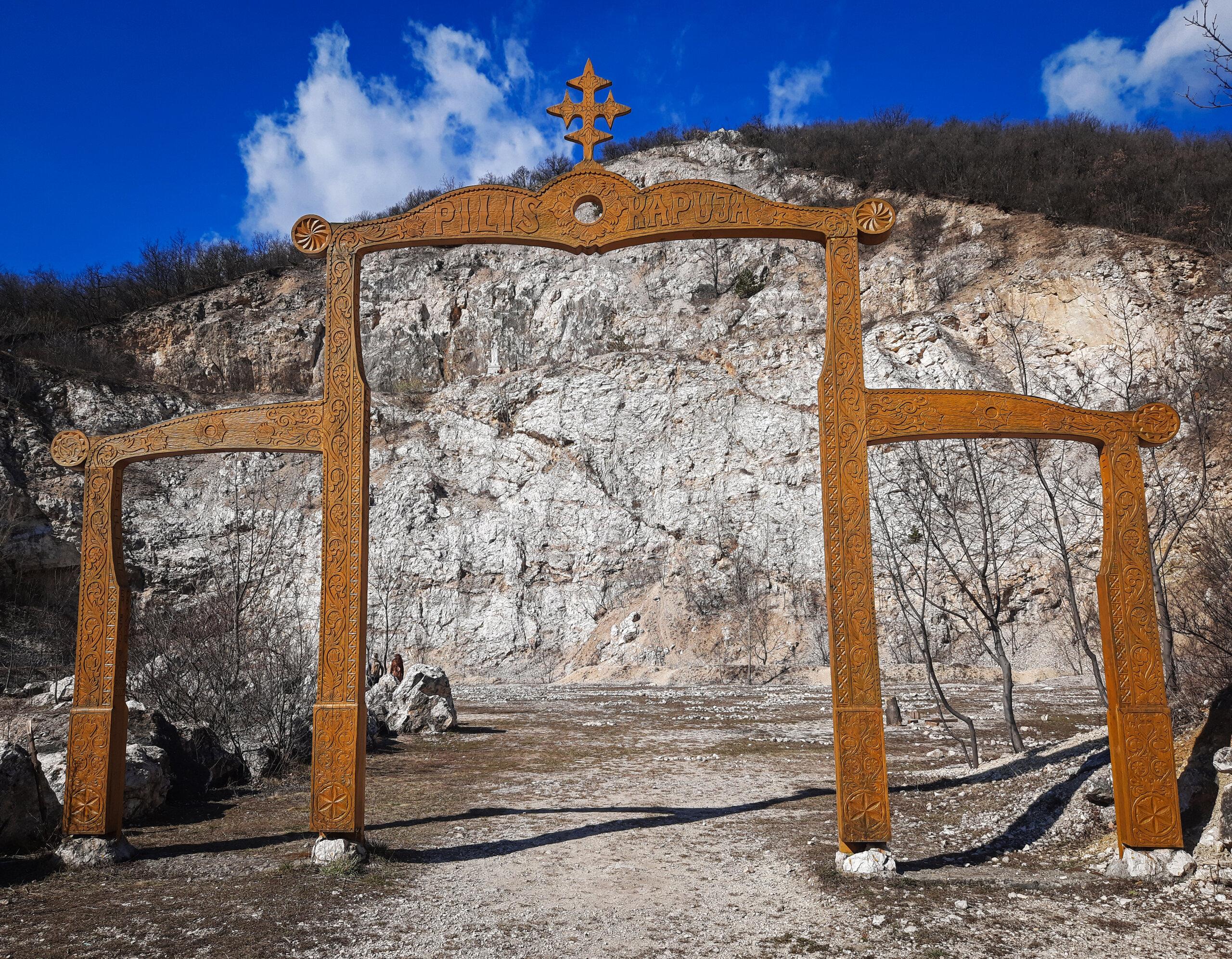 A Pilis kapuja, mögötte pedig a sziklaszínház